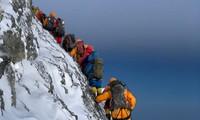 Hàng ngàn người Nepal sống nhờ vào hoạt động leo núi Everest. Ảnh: Business Insider