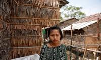 Zarchi Lwin đứng để phóng viên chụp ảnh gần nơi cô thuê trọ, trong một khu công nghiệp ở ngoại ô Yangon, Myanmar. Ảnh: REUTERS