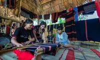 Trần Thị Một (thứ 2 từ trái sang) hướng dẫn các bạn trẻ cách dệt thổ cẩm truyền thống của người Cơ Tu. Ảnh: NVCC