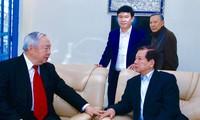 Ông Vũ Mão (trái) cùng với nguyên Chủ tịch nước Nguyễn Minh Triết