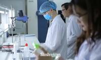 Sinh viên Khoa Y dược, ĐH Quốc gia Hà Nội trong giờ thực hành. Ảnh: Diệp An