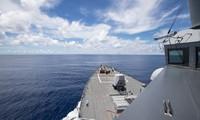 Tàu khu trục USS Ralph Johnson đã áp sát các thực thể Trung Quốc chiếm đóng phi pháp ở Trường Sa trong cùng ngày Bộ Ngoại giao Mỹ ra tuyên bố bác bỏ các yêu sách vô lý của Bắc Kinh - Ảnh: US NAVY