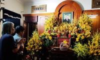 Lê Minh Diễn và tác giả trước bàn thờ nguyên Tổng Bí thư Lê Khả Phiêu