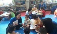 Các em thiếu nhi ở huyện Tương Dương (Nghệ An) tham gia Thư viện hè 2020 với sự đồng hành của các tình nguyện viên. Ảnh: HĐTD