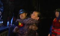 Bộ đội Biên phòng Quảng Trị đưa người dân di tản khỏi vùng ngập lụt trong đêm 17/10. Ảnh: PV