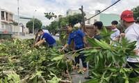 """""""Tổ phản ứng nhanh"""" hỗ trợ người dân khắc phục hậu quả sau bão số 9. Ảnh: Giang Thanh"""