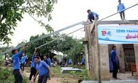 ĐVTN Quảng Trị tham gia khắc phục hậu quả do mưa lũ giúpngười dân. Ảnh: Lâm Đăng Hải