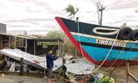 """Tàu thuyền bị bão đẩy """"leo"""" bờ làm sập nhà dân ở Thuận An (Phú Vang, TT-Huế)"""