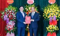 Thủ tướng Nguyễn Xuân Phúc trao quyết định bổ nhiệm cho tân Bộ trưởng Bộ Y tếNguyễn Thanh Long. Ảnh: T.H