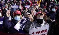 """Nhiều cử tri giơ ngón tay và biển hiệu đòi """"4 năm nữa"""" cho Tổng thống Trump. ẢNH: AP"""