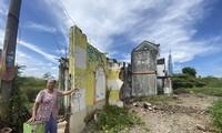 Căn nhà của vợ chồng bà Nguyễn Thị Giáp (80 tuổi) nằm giữa khu đất hoang, thường xuyên bị ngập nước