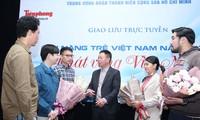 Nhà báo Phùng Công Sưởng, Phó Tổng Biên tập báo Tiền Phong trao đổi với 4 tài năng trẻ. Ảnh: Như Ý