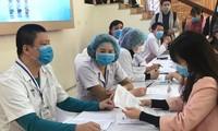 Thanh niên đăng ký thử nghiệm vắc-xin Nano Covax. Ảnh: Th.Hà