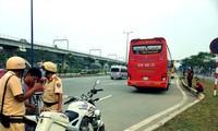 Xe Tuấn Tú dừng giữa quốc lộ để đón khách trước mặt CSGT. Ảnh: Ngô Bình