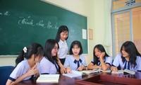 Minh Phương (ở giữa) cùng các bạn đoạt giải trao đổi với cô Nguyễn Thị Bích Hạnh sau kỳ thi
