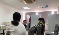 Một số bạn trẻ ngồi chờ đến lượt thuê dự hội thảo. Ảnh: U.P