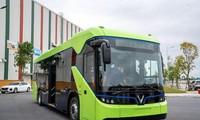 Chiếc xe buýt điện do doanh nghiệp trong nước sản xuất. Ảnh: T.Đ