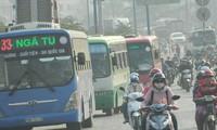 """Xe buýt lớn khi lưu thông có thể tạo ra những """"bức tường di động"""" gây cản trở giao thông. Ảnh: H.T"""