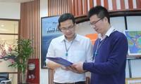 Đại úy Vũ Trọng Đại (bên phải), Giám đốc Trung tâm Kết cấu Vật liệu thuộc Viện Hàng không Vũ trụ Viettel, trao đổi với cộng sự về một đề tài khoa học mới. ẢNH: NVCC