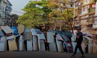 """Người biểu tình ở Yangon dùng khiên tự chế, dàn đội hình chuẩn bị """"nghênh đón"""" lực lượng an ninh. Ảnh: Reuters"""
