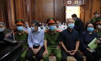 Bà Bạch Diệp, ông Nguyễn Thành Tài (từ phải sang) tại tòa. Ảnh: Tân Châu