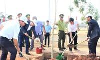 Lãnh đạo UBND huyện Đắk Mil tham gia trồng cây sau lễ phát động