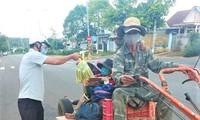 Anh K'panh được chốt kiểm soát dịch COVID-19 số 2 tại xã Ea Tiêu tặng lương thực, thực phẩm