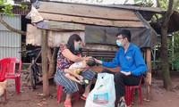 Trưởng nhóm thiện nguyện Ea Kao _Vòng tay yêu thương tặng quà cho hộ khó khăn