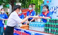 Đội tình nguyện tặng nước lọc cho thí sinh