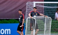HLV Fernando Hierro hiện rõ sự lo lắng trên gương mặt.