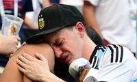 Người hâm mộ Argentina khóc nức nở sau trận thua Pháp.