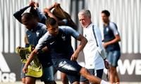 HLV Didier Deschamps giám sát tuyển thủ Pháp tập luyện