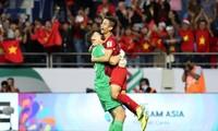 Đặng Văn Lâm ăn mừng sau chiến thắng trước Jordan