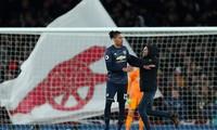 Fan cuồng Arsenal lao vào tấn công Smalling