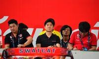HLV Yoon Jong-hwan (ngồi giữa). Ảnh: SiamSport