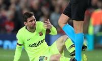 Hứng trọn cú húc của sao M.U, Messi đổ máu ở Old Trafford