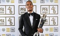 Van Dijk rạng rỡ nhận giải Cầu thủ xuất sắc nhất Ngoại hạng Anh