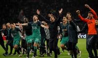 HLV Mauricio Pochettino và học trò ăn mừng sau trận đấu