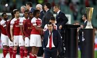 HLV Unai Emery và các học trò cúi mặt trước cúp bạc Europa League