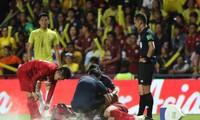 Cầu thủ Việt Nam liên tục phải nằm sân. Ảnh: Hữu Phạm