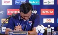 HLV Sirisak Yodyardthai cúi đầu xin lỗi người Thái Lan sau trận thua tuyển Việt Nam