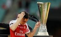 Bí tiền mua sắm, HLV Arsenal phải bán bằng được Ozil