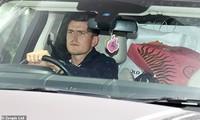 Harry Maguire lái xe rời Carrington với một túi M.U phía sau.