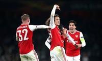 Nicolas Pepe ăn mừng cùng đồng đội.