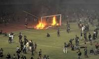 CĐV CLB Persebaya Surabaya đốt cầu môn và biển quảng cáo trên sân Gelora Bung Tomo - Ảnh: Bola