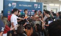 HLV Akira Nishino trả lời báo chí sau khi trở về Thái Lan.