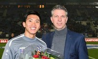 Giám đốc SC Heerenveen tặng hoa cho Văn Hậu.