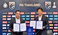 HLV Akira Nishino rạng rỡ ký hợp đồng mới với LĐBĐ Thái Lan.