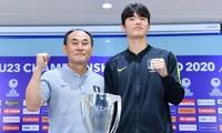 HLV Kim Hak-bum và đội trưởng Lee Sang-min của U23 Hàn Quốc.