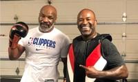 Mike Tyson (trái) bên cạnh HLV mới Cordeiro.